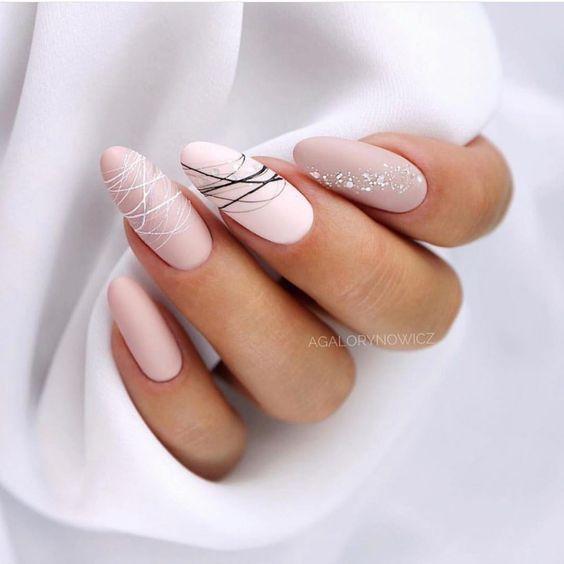 Beżowe paznokcie z wzorkami