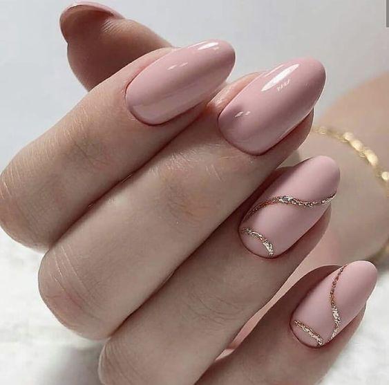 Beżowe paznokcie ze złotem