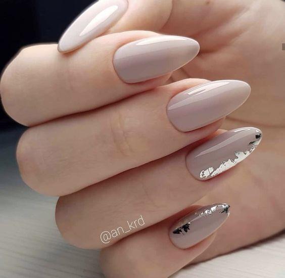 Beżowo srebrne paznokcie