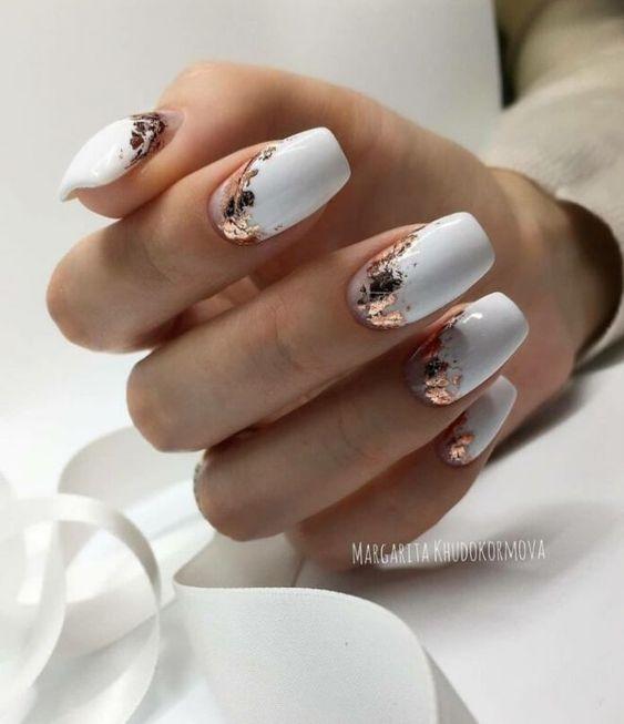 Białe paznokcie z folią transferową