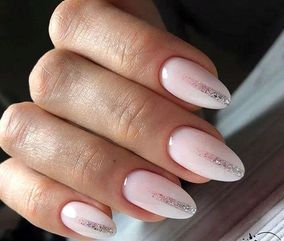 Białe paznokcie z wzorkiem