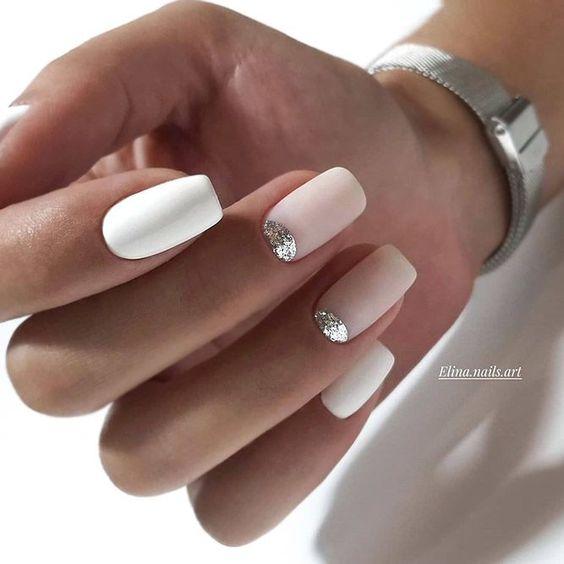 Białe paznokcie ze srebrnym brokatem