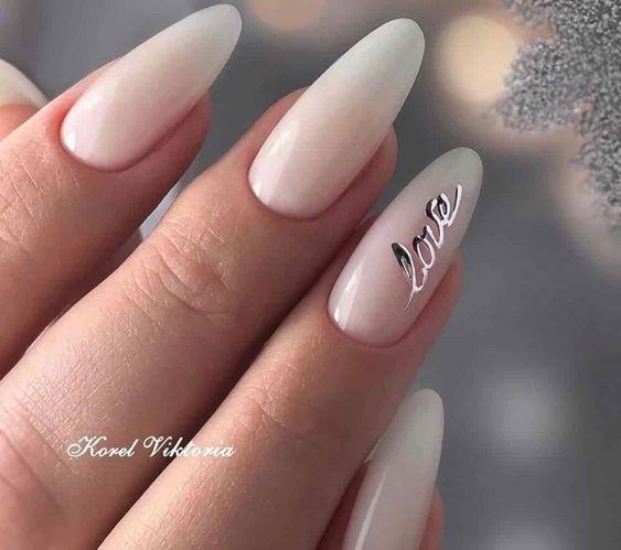 Białe paznokcie ze zdobieniem