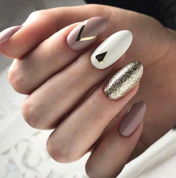 Biało brązowe paznokcie