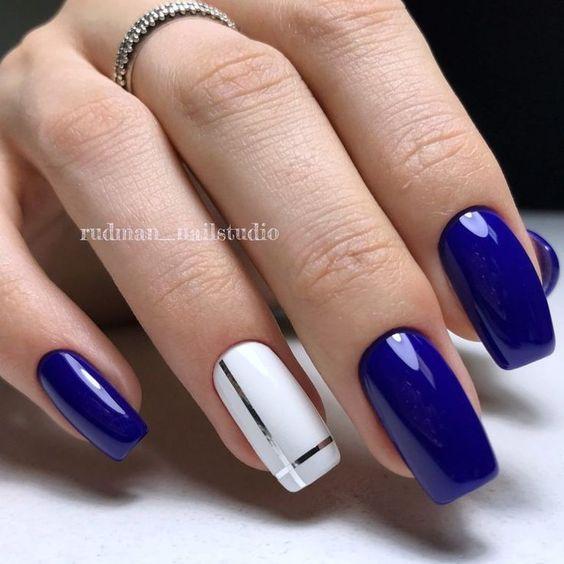 Biało granatowe paznokcie