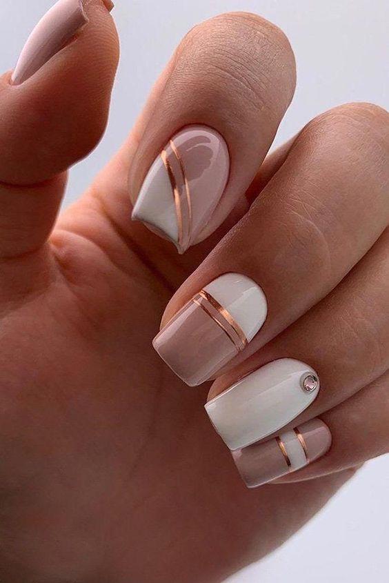 Biało kremowe paznokcie