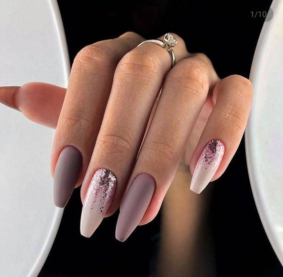 Brązowo beżowe paznokcie z brokatem