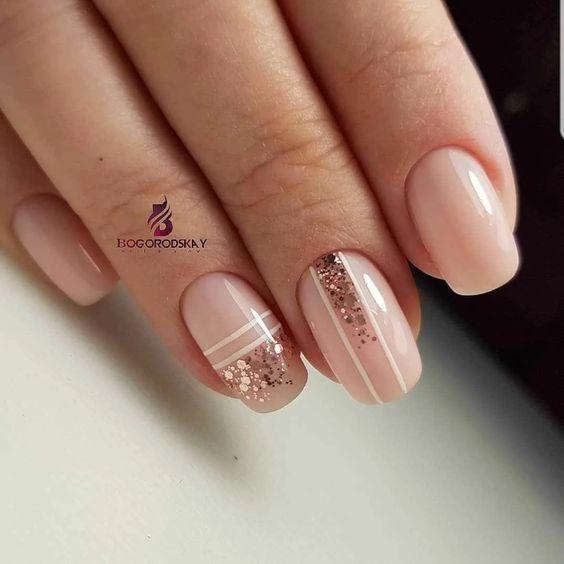Brokatowe kremowe paznokcie