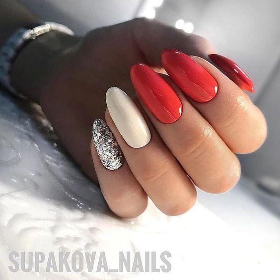 Czerwone paznokcie ze srebrnym brokatem