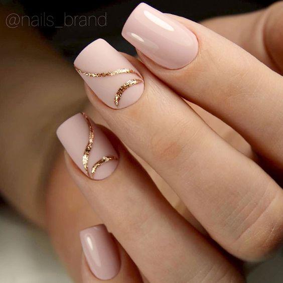 Eleganckie beżowe paznokcie