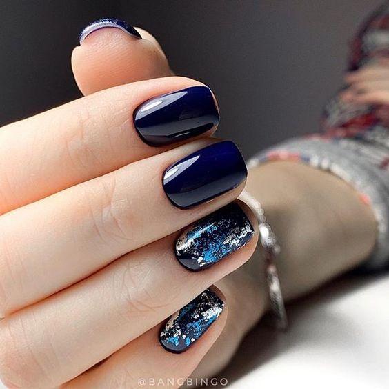 Granatowe paznokcie z folią transferową