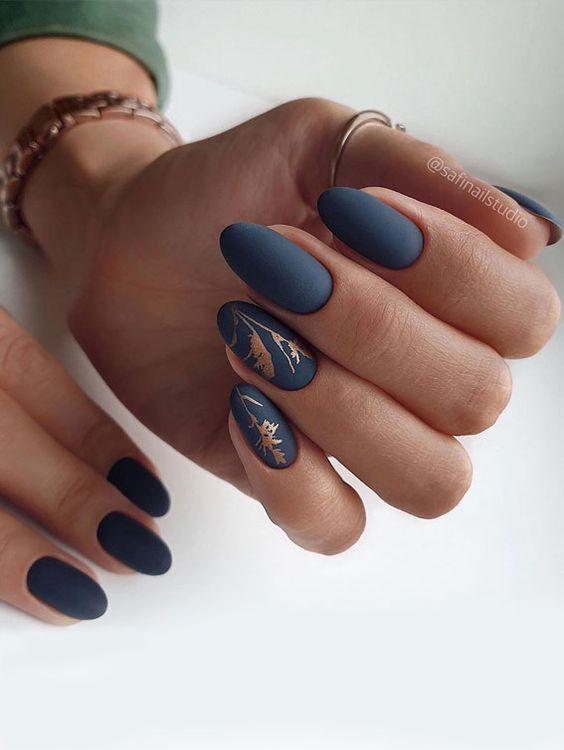 Granatowe paznokcie ze złotymi wzorkami