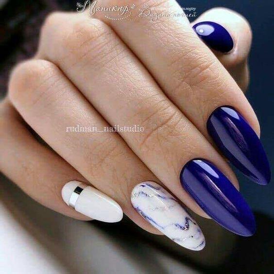 Granatowo białe paznokcie