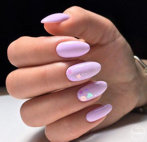 Jasnofioletowe paznokcie z gwiazdkami