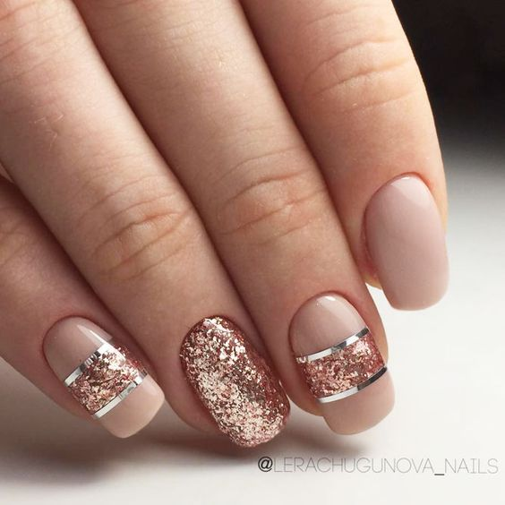 Kremowe paznokcie z brokatem