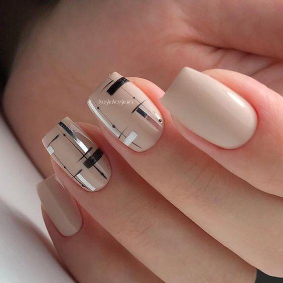 Kremowe paznokcie z geometrycznymi wzorami