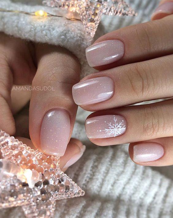 Kremowe paznokcie z gwiazdkami