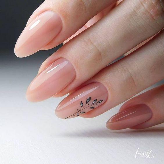 Kremowe paznokcie z kwiatowym wzorkiem