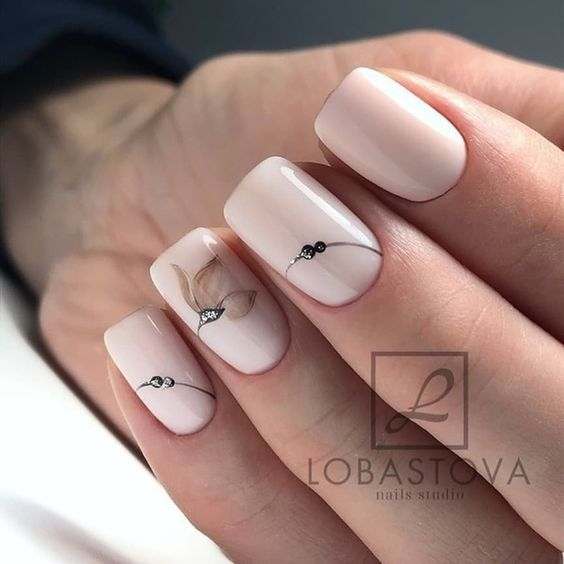 Kremowe paznokcie z kwiatowymi wzorkami