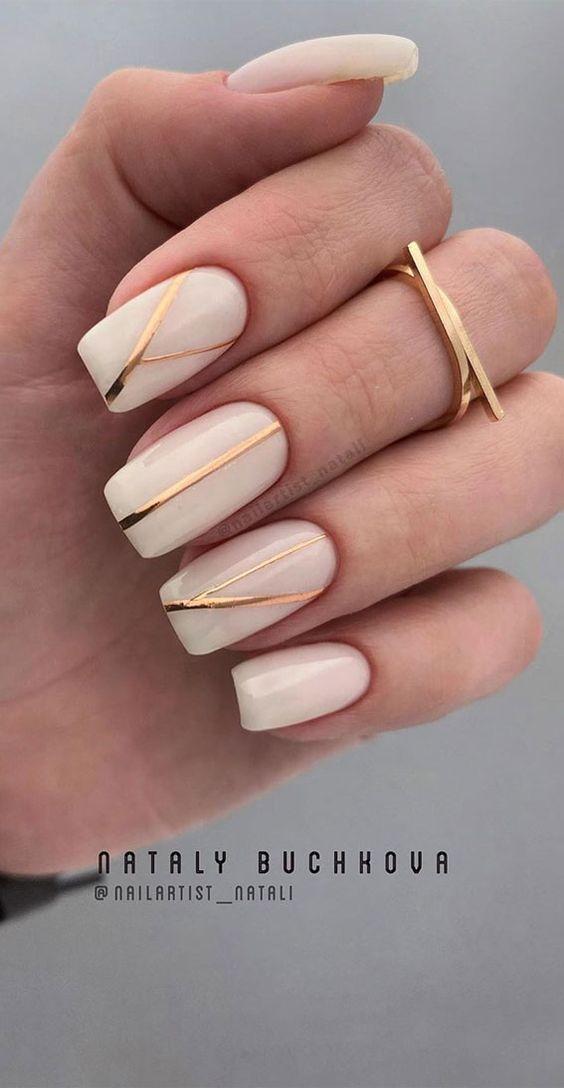 Kremowe paznokcie z wzorkami