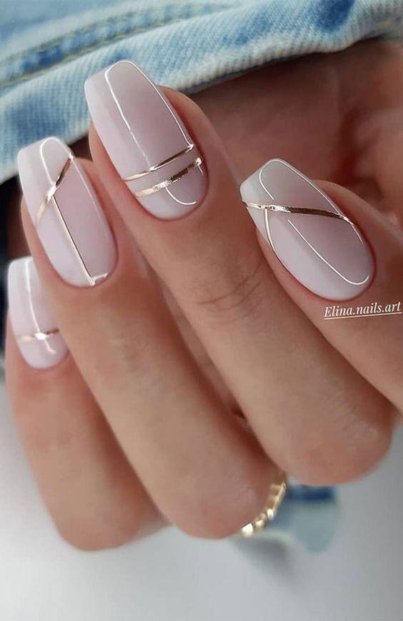 Kremowe paznokcie ze złotymi wzorkami
