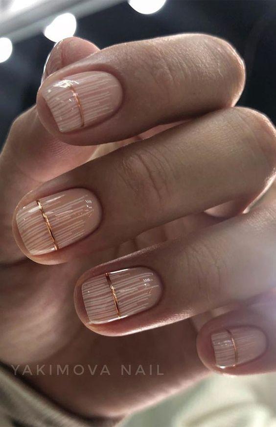 Kremowe paznokcie ze złotymi zdobieniami