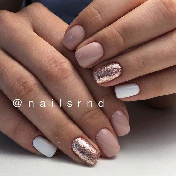 Kremowo białe paznokcie