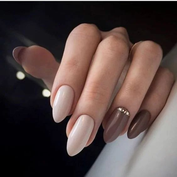 Kremowo brązowe paznokcie