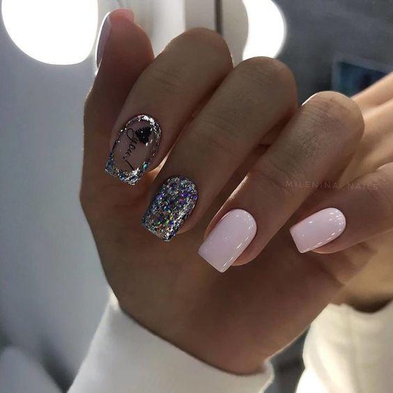 Krótkie paznokcie ze srebrnym brokatem