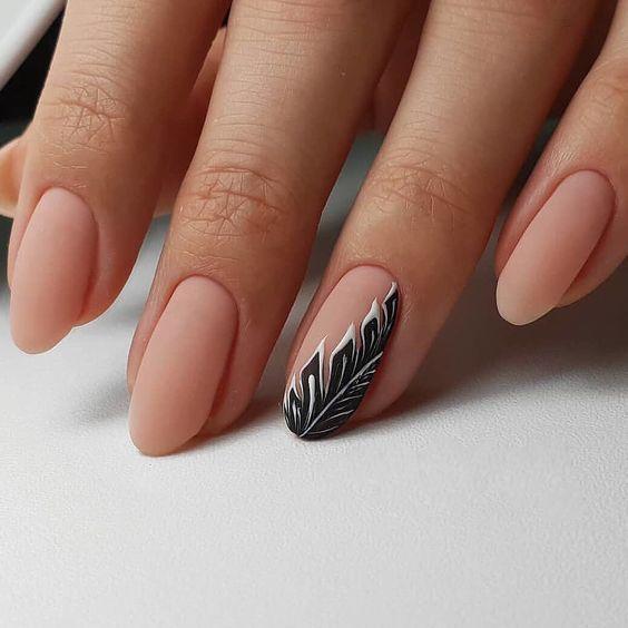 Matowe beżowe paznokcie