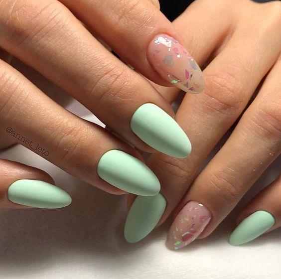 Matowe jasnozielone paznokcie