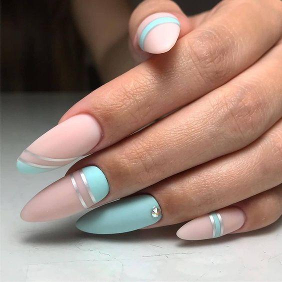 Matowe miętowo różowe paznokcie