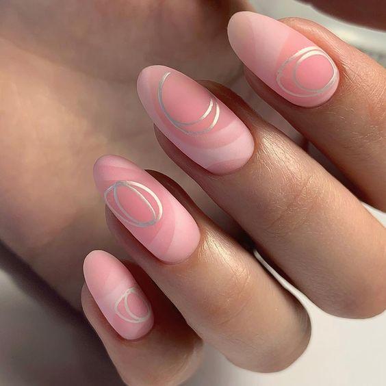 Matowe różowe paznokcie z wzorkami