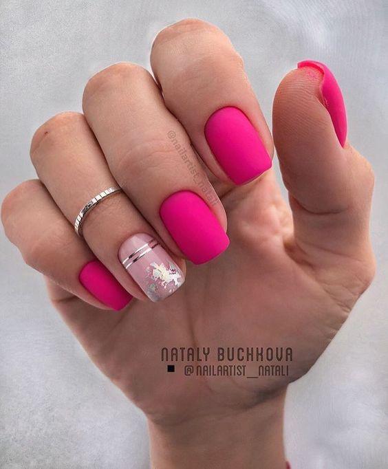 Matowe różowe paznokcie