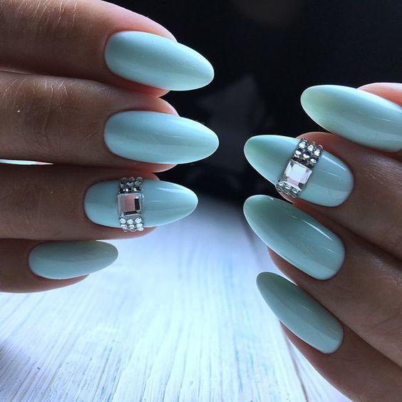 Miętowe paznokcie z cyrkoniami