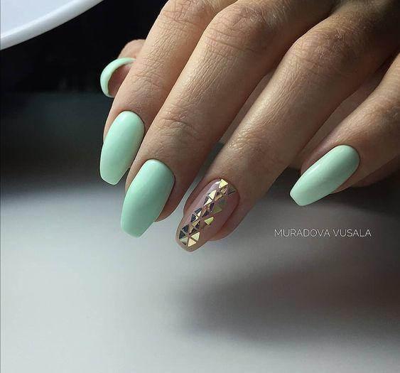 Miętowe paznokcie z ozdobami