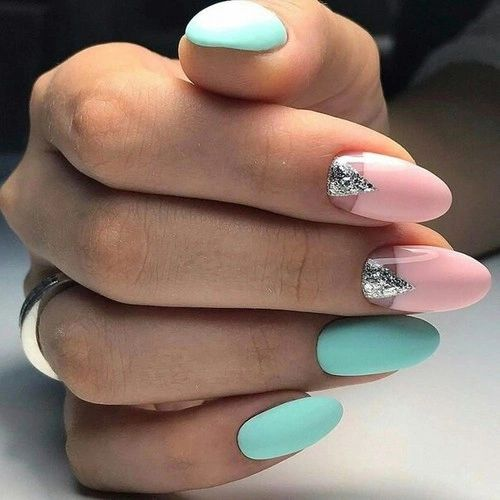 Miętowo różowe paznokcie