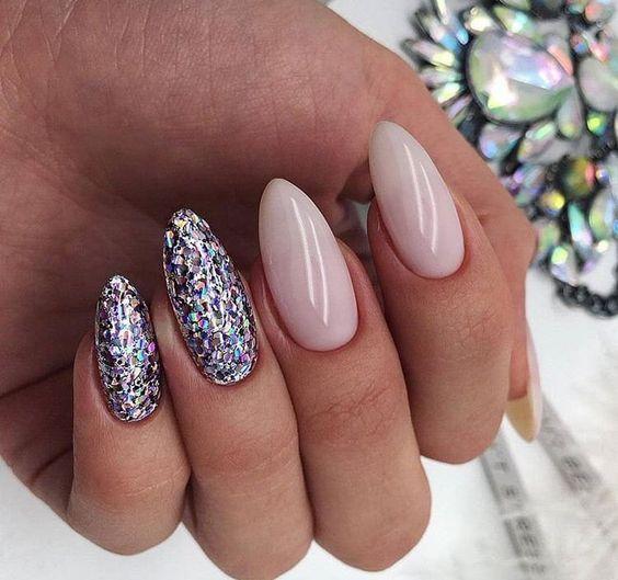 Naturalne paznokcie ze srebrnym brokatem