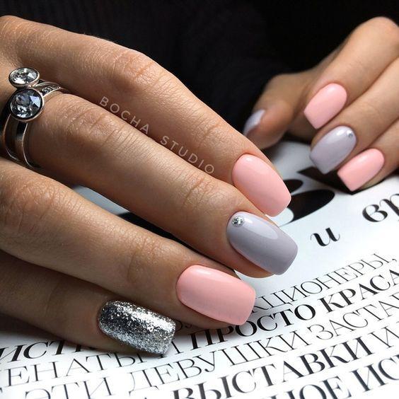 Pastelowe paznokcie ze srebrnym brokatem