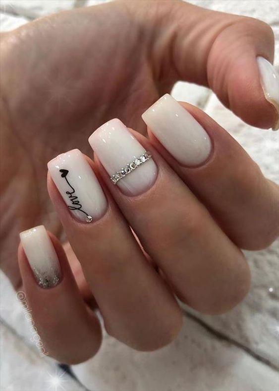 Przedłużane białe paznokcie