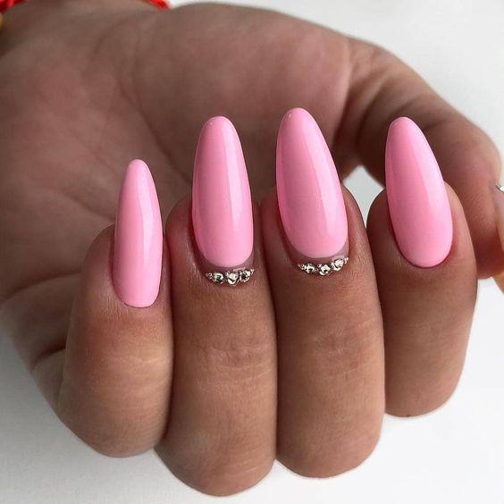 Różowe paznokcie z cyrkoniami