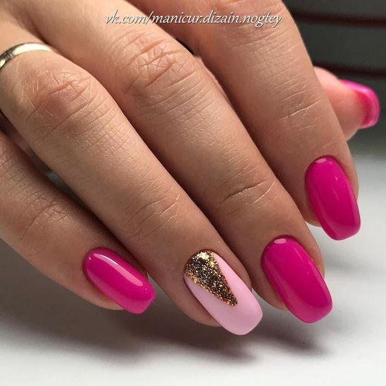 Różowe paznokcie ze złotym brokatem