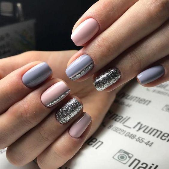 Różowo szare paznokcie ze srebrnymi wzorkami