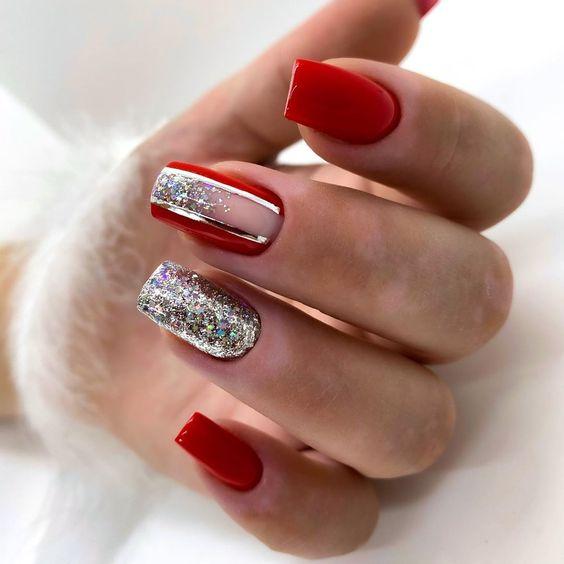Srebrno czerwone paznokcie