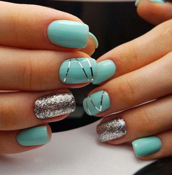 Srebrno miętowe paznokcie