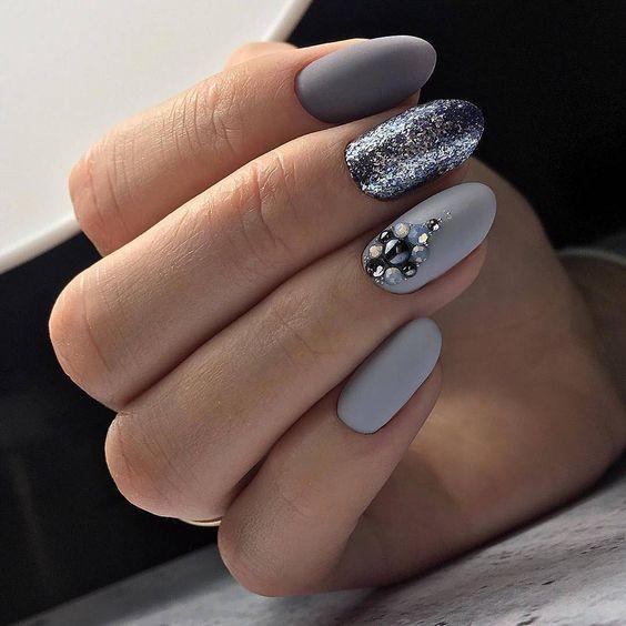 Szare paznokcie z brokatem