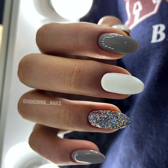Szare paznokcie ze srebrnym brokatem