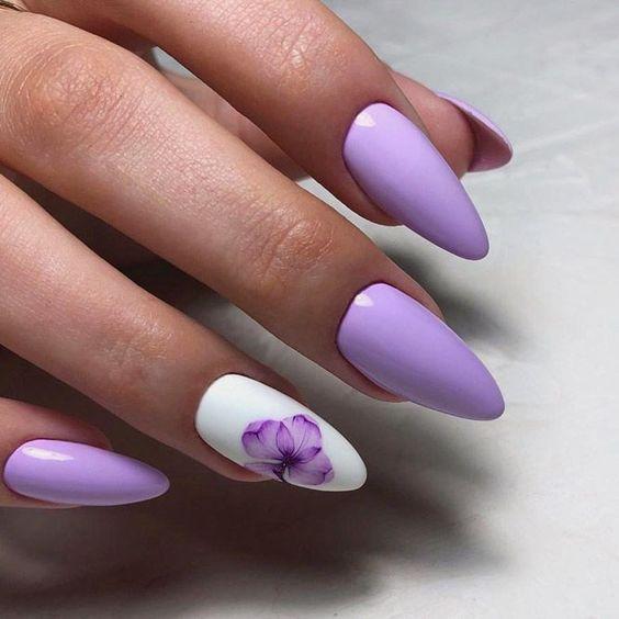 Wrzosowe paznokcie z kwiatem