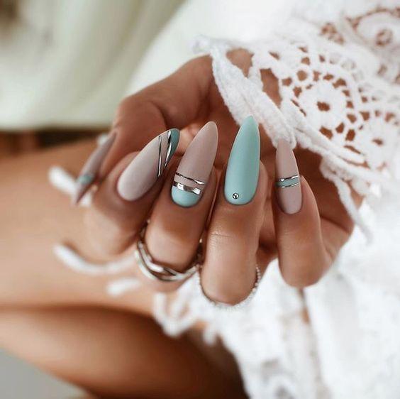 Beżowo błękitne paznokcie
