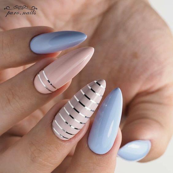 Beżowo jasnoniebieskie paznokcie z wzorkami